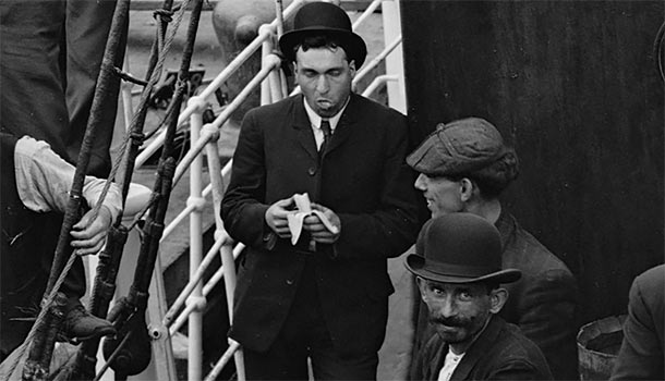 New York Banana Docks 1907 - A man stops for banana snack!